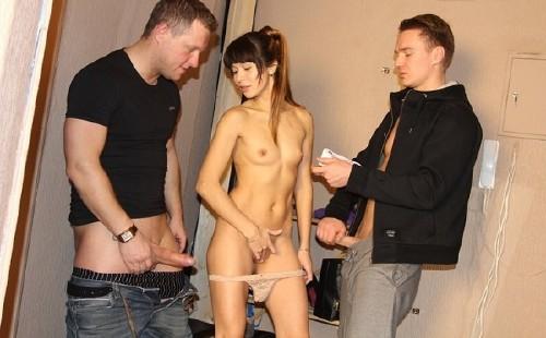 Девушке вставлены два члена её вагину трахают опытные парни