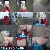 Блондиночка любит гулять в парке