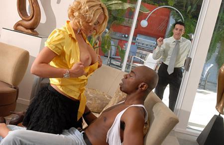 Муж смотрит и дрочит пока его жопастую жену дерут огромным членом